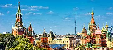 Vista panoramica della Piazza Rossa con il Cremlino di Mosca e la Cattedrale di San Basilio in estate.