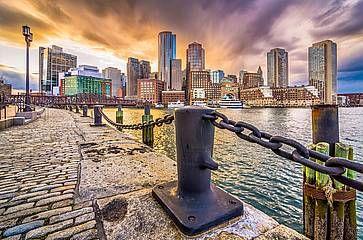 Porto e paesaggio urbano al crepuscolo, a Boston.