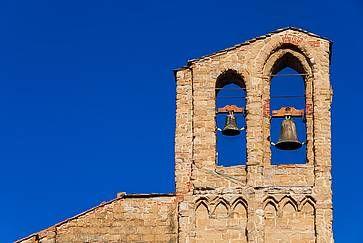 Campanile medievale della chiesa di San Domenico con due campane, nel centro storico di Arezzo.