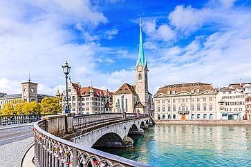 Il ponte sul fiume Limmat che porta alla chiesa di Fraumunster.