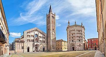 Piazza Duomo e il Battistero, a Parma.
