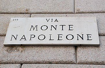 Insegna stradale di Via Monte Napoleone a Milano.