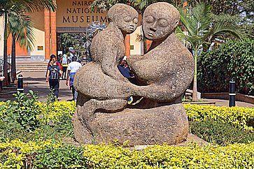 Scultura davanti al museo nazionale Nairobi.