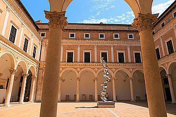 Il Castello dei Duchi di Urbino e la Galleria Nazionale delle Marche.