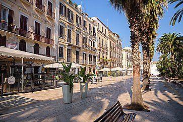 Corso Vittorio Emanuele a Bari in una giornata di sole.