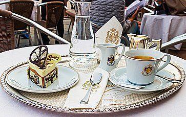 Caffè e dolce al caffè Florian in piazza San Marco a Venezia.