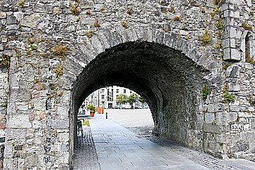 Archi in pietra a Galway.