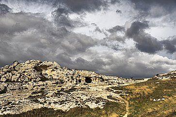 Veduta della Murgia e delle chiese in pietra.