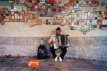 Artista di strada con la fisarmonica alle Cinqueterre.