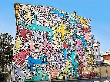 Murales `Tuttomondo`, dipinto nel 1989 dall'artista Keith Haring sul lato posteriore della chiesa di S. Antonio a Pisa.