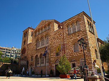 I turisti che visitano la chiesa bizantina di San Demetrio a Salonicco.