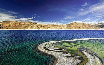 Una bella tonalità di acqua al lago Pangong, a Ladakh.