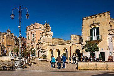 Chiesa di San Domenico a sinistra, archi della cisterna Palombaro Lungo e campanile Mater Domini. A Matera.