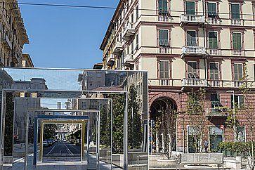 Edifici storici e archi moderni di Daniel Buren in piazza Giuseppe Verdi a La Spezia.