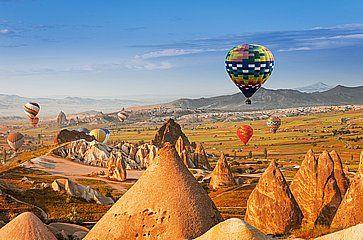 Mongolfiere che sorvolano la regione della Cappadocia.
