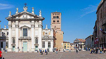 Il Duomo di Mantova e la piazza centrale.