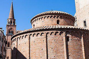 Rotonda di San Lorenzo e il campanile della Basilica di Sant'Andrea a Mantova