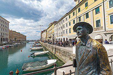 La statua dello scrittore irlandese James Joyce, e realizzata da Nino Spagnoli, sul ponte di Ponte Rosso a Trieste.