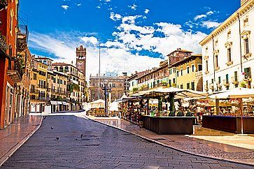 Piazza delle erbe in Verona, con le sue tipiche bancarelle.