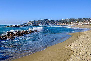 La spiaggia della Chiaia ad Ischia.