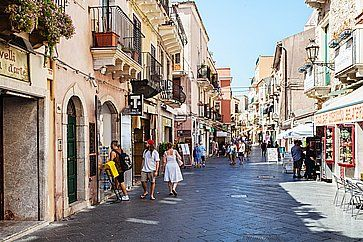 Corso Umberto I a Taormina, in estate.