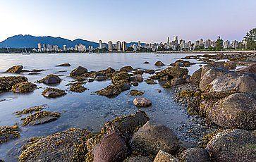 Lo skyline di Vancouver dalla spiaggia Kitsilano.