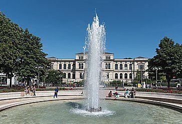 La fontana all'ingresso principale dello zoo di Francoforte.