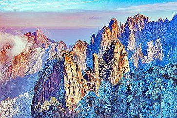 Tramonto sopra le cime colorate del parco nazionale di Huangshan.