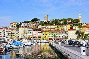 Una vista del Vieux Port, il vecchio porto di Cannes e del quartiere di Le Suquet.