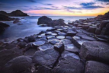 Rocce basaltiche al tramonto a Giant's Causeway, nell'Irlanda del Nord.