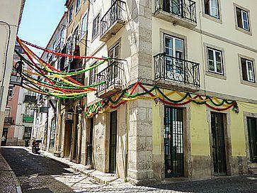 """Le strade del quartiere storico """"Bairro Alto"""" decorate a festa, a Lisbona."""