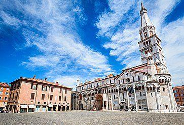Piazza Grande e la Cattedrale di Modena.