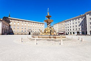 La fontana centrale e il palazzo sulla piazza Residenzplatz a Salisburgo.