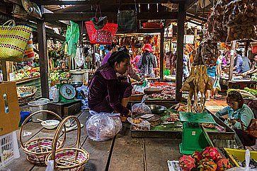 Un venditore attende i clienti nel mercato russo a Phnom Penh.