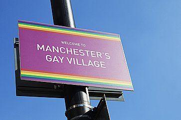 L'insegna che da il benvenuto nel quartiere gay di Manchester.