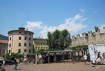 Piazza Fiera a Trento. Sulla destra si intravedono le vecchie mura.
