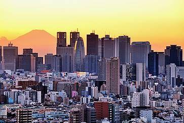 I grattacieli di Shinjuku al tramonto, e sullo sfondo la silhouette del Monte Fuji.