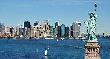 Statua della Libertà e lo skyline di New York City.