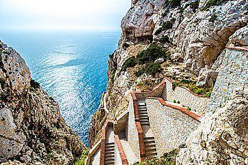 La scalinata che porta alla Grotta di Nettuno, ad Alghero.
