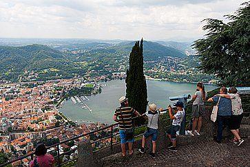 Turisti osservano il panorama del lago di Como, da Brunate.