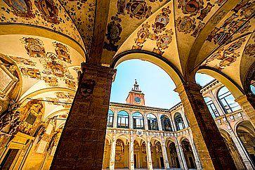 Cortile interno della Biblioteca Comunale e del Teatro Anatomico di Bologna.