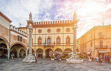 Piazza del Popolo e il Palazzetto Veneziano a Ravenna.