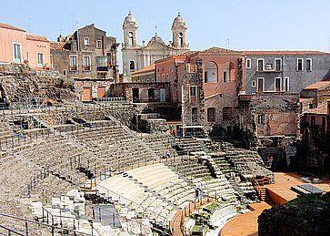 Il Teatro Romano e sullo sfondo la Chiesa di San Francesco d'Assisi all'Immacolata, a Catania.
