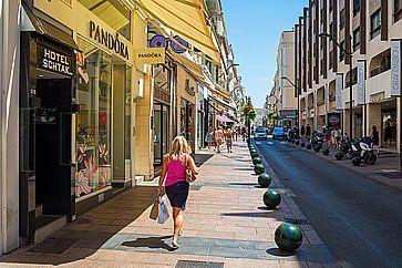 La via dello shopping Rue d'Antibes a Cannes.