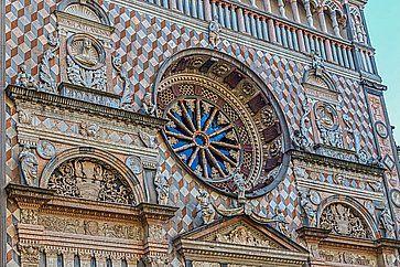 Dettaglio della facciata della Basilica di Santa Maria Maggiore a Bergamo.