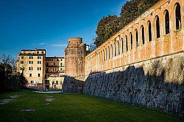Il Giardino Scotto e le mura medievali, a Pisa.