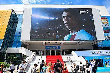 Cristiano Ronaldo su uno schermo al Palais de Festivals di Cannes.