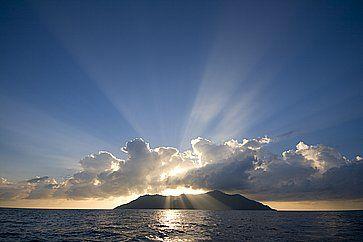Splendida vista di un'isola alle Syechelles, al tramonto.