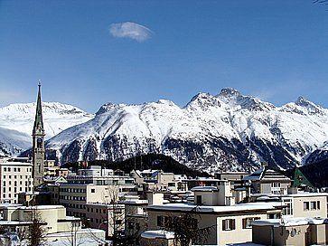 La località di St. Moritz e in lontananza le montagne innevate.