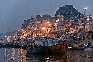 Vista notturna di Varanasi dal fiume Gange.